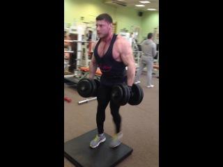 Выпады на месте.Гантели по 56 кг на 8 раз на ногу.