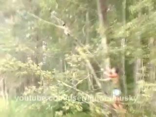 мужик сломал дерево и кот с ветки упал в воду