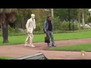 РОЗЫГРЫШ ПРИКОЛ Живая статуя пугает людей