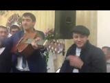 Парень поёт песню на свадьбе у своей любимой.