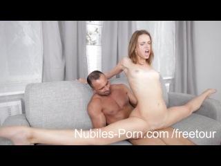 Страстный секс с тоненькой брюнеткой на диване