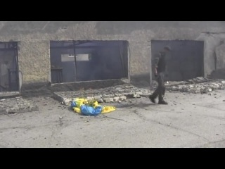 Как дауно ополченцы иначе их никак не назовешь посмотрите сами решили спалить флаг Украины ПУТИНОИДАМ СМТРЕТЬ ОБЯЗАТЕЛЬН