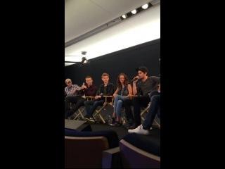 Дилан говорит о поцелуе с Томасом и об отношениях каста