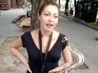 Красивая девушка -классно играет на саксофоне~Kiev-06.08.2010-_low