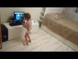 Думаете она просто танцует, нееееет, она еще волну пытается делать!!!