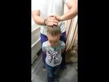Папа делает причёску дочери