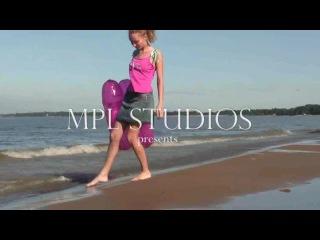 Маша юная роллерша в Кронштадте \с хорошей улыбкой попкой на дамбе и на пляже.\