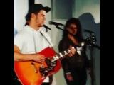 Ник исполняет песню Magic группы Coldplay в Калифорнии, 19 сентября