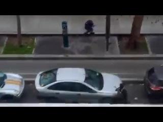 Ecoutez bien la vidéo, le policier à terre avant de se faire assassiner dit non c'est bon chef Pourquoi a t'il