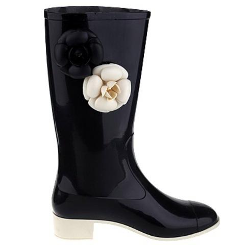 Резиновые сапожки Chanel с двумя цветочками с боку.