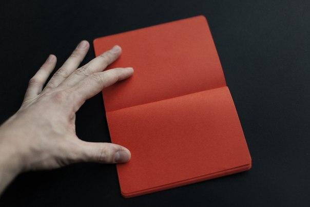 Блокнот с красными страницами