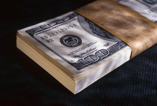 Пачка нових доларів по 100 доларів