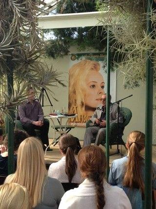Встреча с читателями проходила в живописном месте, оранжерее Shelldance Orchids Gardens.