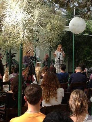 """Эля Финн исполняет фрагмент мюзикла """"Сотворение""""."""