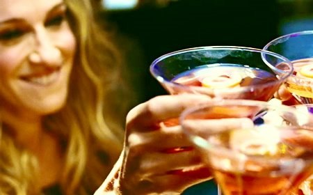 А рецепт коктейля Cosmopolitan таков: - наполните шейкер на 1/3 кубиками...