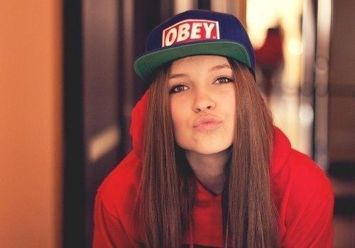 Фото Девушка в кепке OBEY.