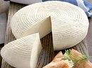 Рассольный, настоящий грузинский национальный сыр.  Выглядит как небольшой низкий цилиндр.
