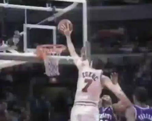 Toni Kukoc monster dunk over Alonzo Mourning - Тони Кукос данк через А.Моурнинга левой рукой!
