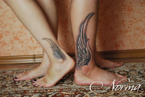 Татуировка крылья на лодыжке
