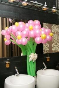 Сделайте подарок любимым, подарив букет цветов, выполненных из воздушных шаров или украсте подарок шариками с гелием!
