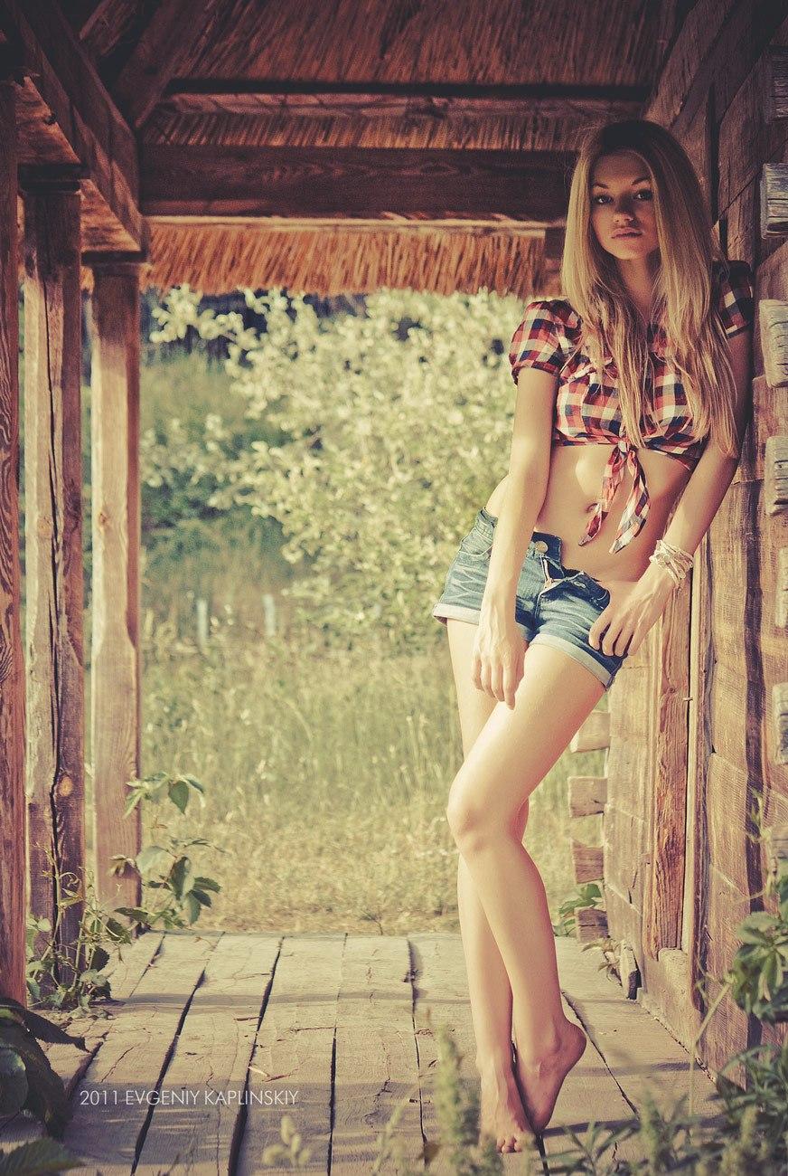 Фото красивых девушек блондинок в джинсовой рубашке и шортах 22 фотография