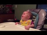 Малышка смеется над отцом