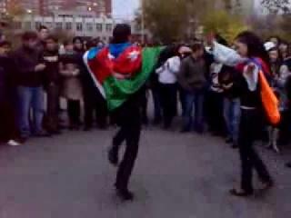 Азербайджанец и Армянка танцуют лезгинку