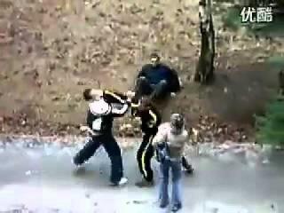 Hai chàng say lĩnh hậu quả chỉ vì một cú ra tay với phụ nữ