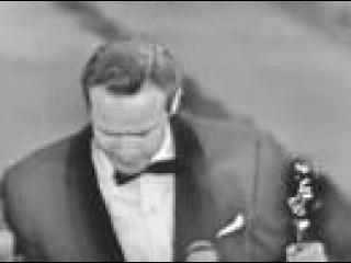 Марлон Брандо получает свой первый Оскар за роль в фильме