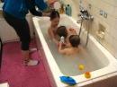 Дети купаются в ванной.