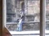 Пьяный мужик писает с моста