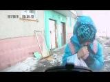 Девочка так усердно укрывалась от ветра, что не заметила подъехавшую машину
