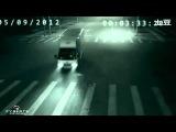Появившийся в Сети видеоролик породил большое количество споров и домыслов по поводу чудесного спасения на дороге. В Китае не утихают горячии споры по поводу появившегося в Интернете видео