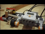 Робот LEGO Mindstorms NXT строит ряды из домино