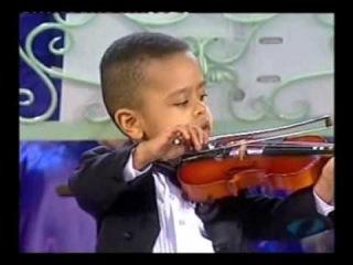 Уникальное видео! 3-летний мальчик-скрипач играет с большим симфоническим оркестром!
