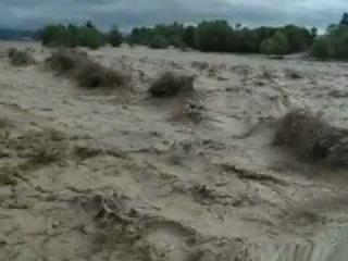 Бурное течение реки Хулхулау с.Автуры после дождей.MOV