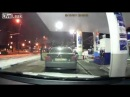 O soferita face prapad cu BMW-ul la o benzinarie