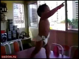 маленький мальчик танцует бразильский танец
