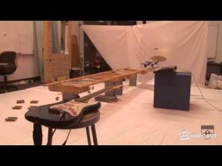 Игра летающими роботами мелодии из Джеймса Бонда.mp4