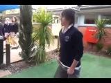 Пацан понтанулся перед девчонками в школе