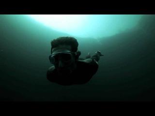 Чемпион мира по дайвингу Гилом Нери (Guillaume Nery) ныряет в Голубую дыру Дина (Dean's Blue Hole) на Багамах, самую глубокую подводную пещеру в мире, глубина которой составляет 202 метра. Все это на задержке дыхания!
