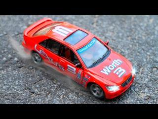 Çizgi Film Animasyon Dizi - Yarış Arabaları - Dört küçük araba top oynuyor. Köprüden geç mavi ol
