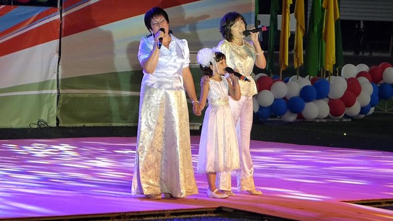 Арина Иванычева с мамой и бабушкой выступают на Дне Железнодорожников. Песня Мама (август 2016)