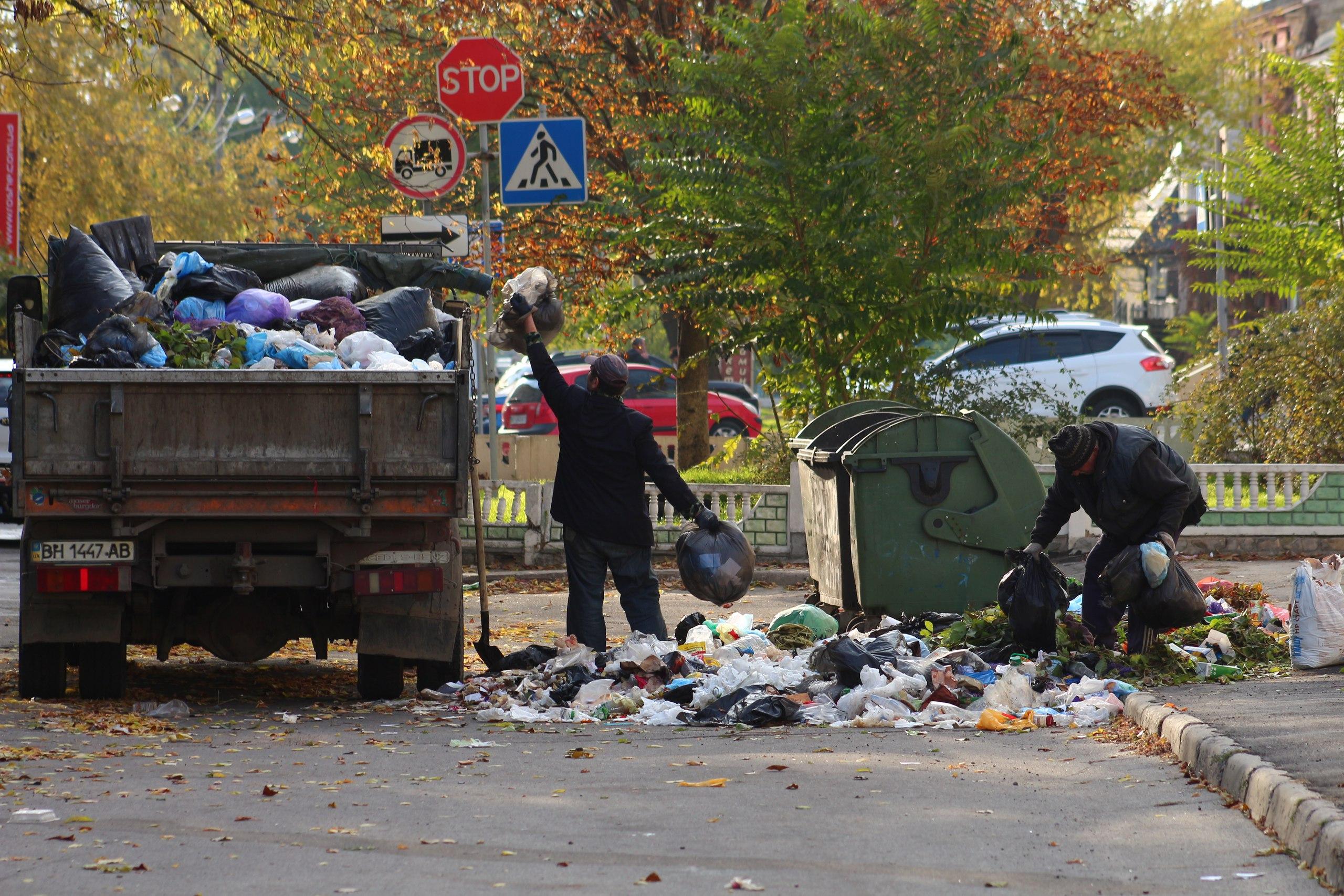 Коммунальщики вместо вывоза мусора складывают его обратно в баки (фото)