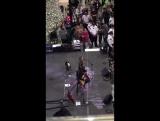 Сабрина выступает с песней «Eyes Wide Open» в торговом центре Mall of America в рамках марафона «Unified Dance», 12.11.16.