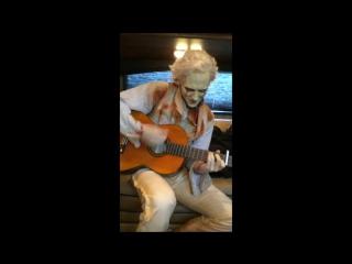 Том играет на гитаре и поёт на съёмках «Багрового пика»
