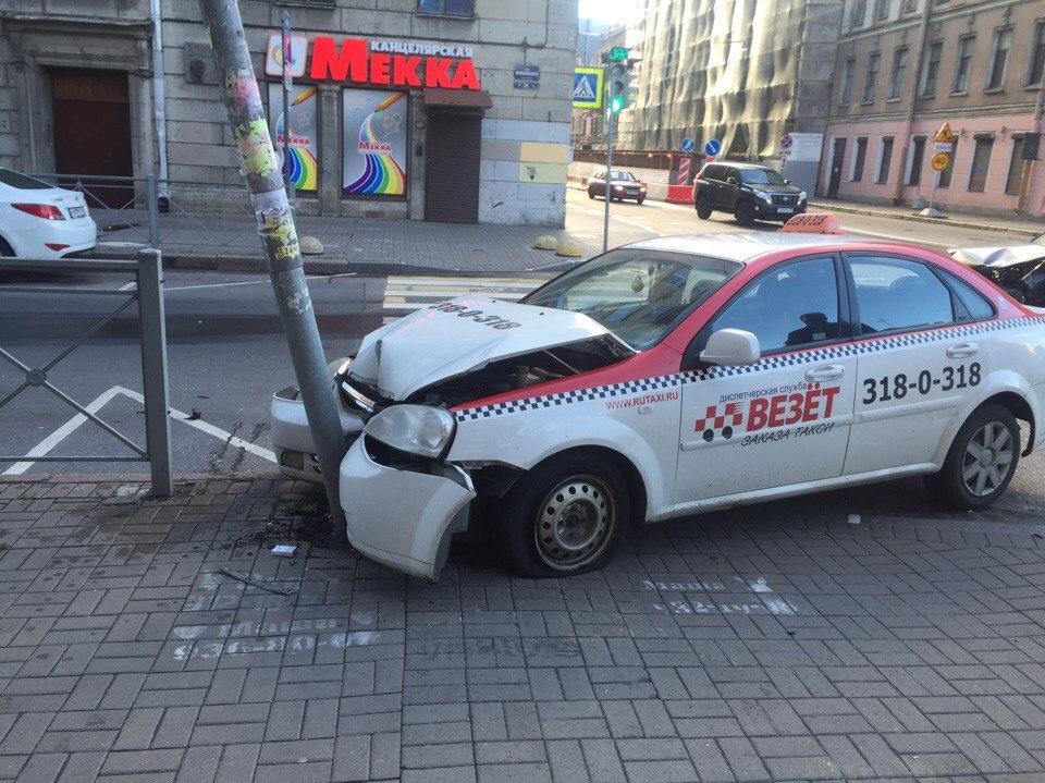 Такси протаранило светофор вутреннем ДТП вцентре Петербурга