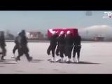 Турецкие содаты остановив траурную музыку с такбиром провожают своего погибшего товарища