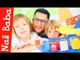 Nail Baba ve çocuklar araba yarışı yapıyorlar - eğlenceli video! Erkekler için video