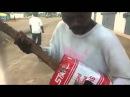 Бедность не порок Парень играет на гитаре из палки и коробки (из +100500)
